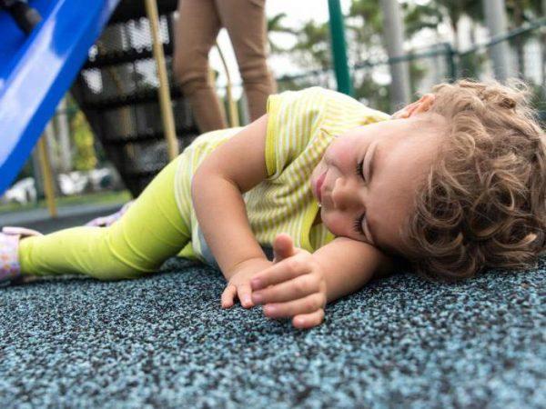 Ребенок упал с дивана вниз головой